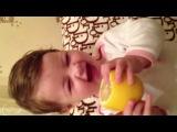малыш ест лимон)